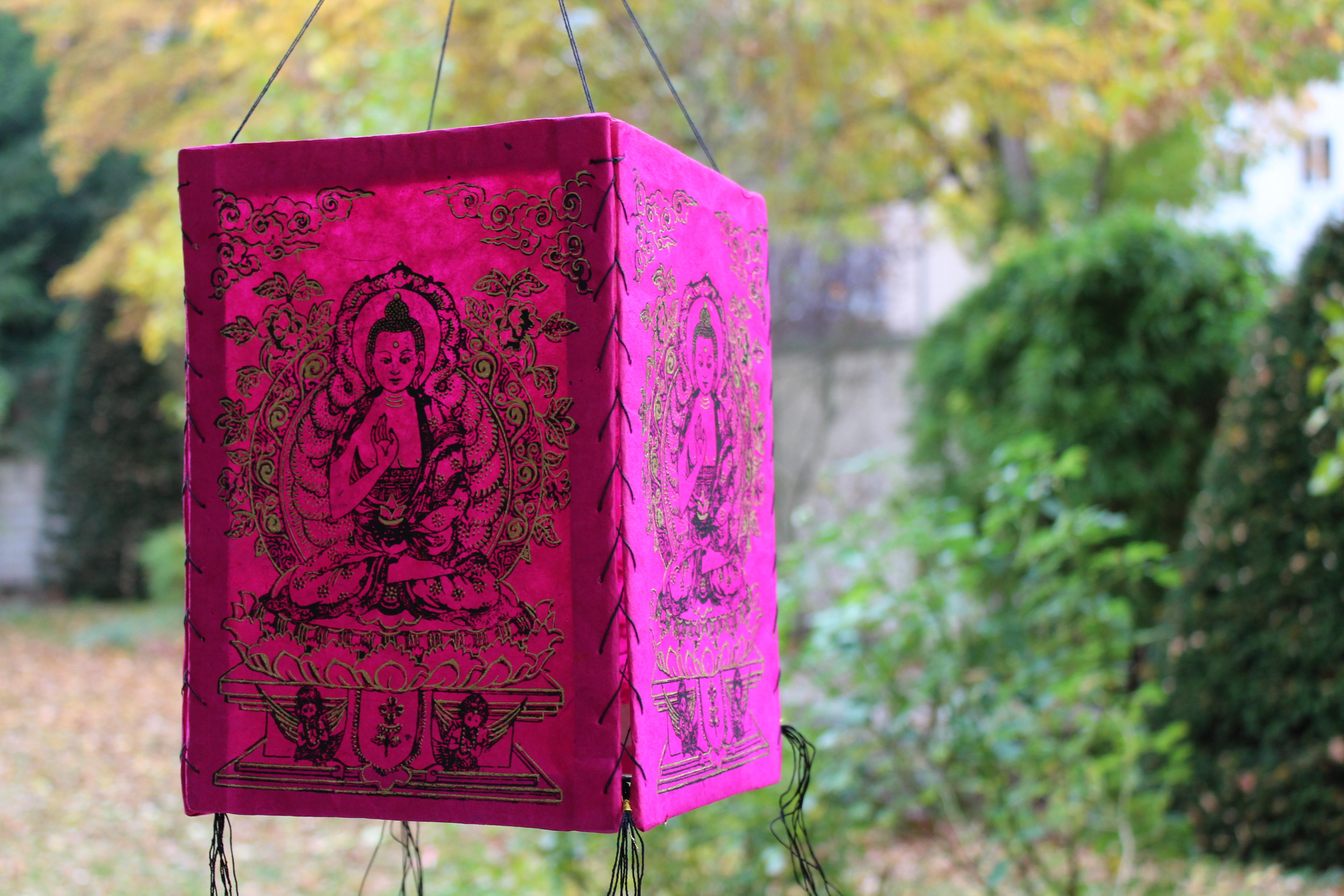 lampenschirm aus lokta papier mit buddha verzierung. Black Bedroom Furniture Sets. Home Design Ideas